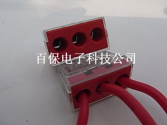 以下是德国WAGO773-173接线端子的接线步骤: 1、准备工作,剥去导线外皮12-13mm长 2、导线连接,将剥去外皮的导线完全插入连接器即可 3、导线拆卸,通过左右转动并同时拔动,可拆下导线(对单股导线而言) 4、电气测试,连接器留有测试孔,供测试用 以下附上773-173产品具体参数 (参数由德国WAGO原厂提供) 用于接线盒的插线式连接器 3线连接器 极数 3 小可接导线截面积 [mm²] 2,5 - 6 mm² 小可接导线截面积 [AWG] 14 - 10 AWG 适用导线