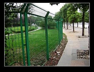 低价现货供应钢丝网围墙、隔离栅、铁丝网