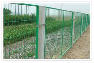 大量供应框架护栏网、高速公路护栏网、工厂隔离栅、铁路护栏