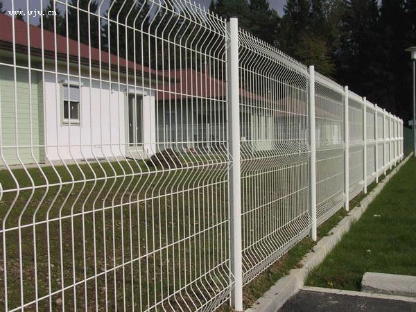 供应三角折弯护栏网长期提供铁路护栏网采购小区护栏网生产围墙护栏网