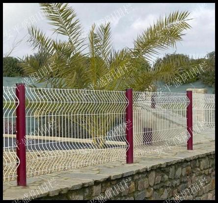 求购高速护栏网  养殖场护栏 三角型护栏网