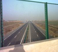 供应铁路护栏网、桥梁护栏网、高速公路护栏网、体育围网、机场围网