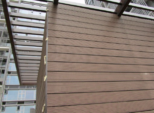 注:我司为大型塑木生产厂商,价格及交货期等方面具有无与伦比的竞争力! 塑木材料是新型的环保节能复合材料,木材的替代品。可用于园林景观、内外墙装饰、地板、护拦、花池、凉亭等! 本产品不需要二次加工(如贴皮、转印、油漆等),具有天然的木质纹理。铺板:包括平台、路板、站台垫板。除铺板外,还有护墙板、天花板、装饰板、踏脚板、壁板、高速公路噪音隔板、海边铺地板、建筑模板、建筑模板、防潮板,均可使用塑木复合板材。此外,还可用于装饰边框、栅栏和庭园扶手、包装用垫板和组合托盘,以及家具(包括室外露天桌椅)、船舶坐舱隔板、