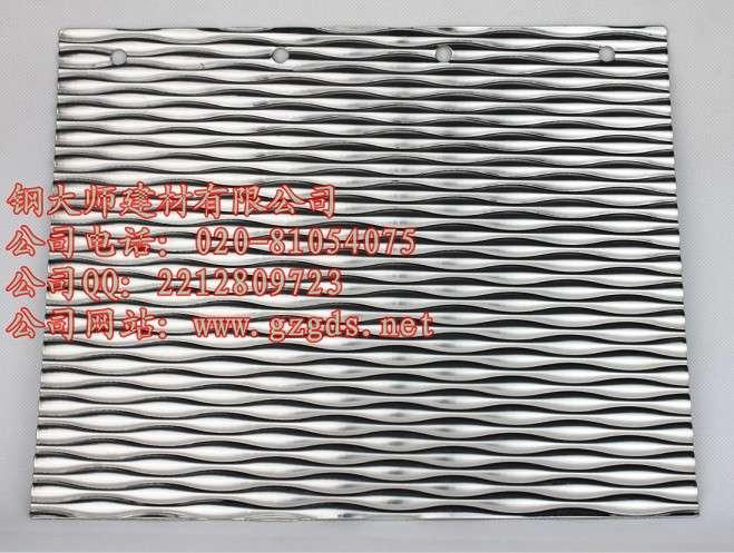不锈钢压花板 产品品牌:钢大师 产品材质:不锈钢304# 产品规格:1220*2440mm 厚度:0.8mm 产品特点:我们的不锈钢花纹板:其优点是视觉美观、品质优良、易清洁、免维护、抗击、抗压、抗刮痕及不留手指印。根据科学测试,传输效率,抗划、抗压性能优于普通不锈钢平板。 应用范围:用于厅堂墙板、天花板、车箱板、建筑装璜、招牌、豪华门、电梯装璜、金属箱体外壳、机械设备外壳、造船、列车内饰等、以及户外工程、广告铭牌、橱柜天花、走道板、屏风、隧道工程、酒店、大堂内外墙、厨房设备、台面、水槽、轻工制品等行业。