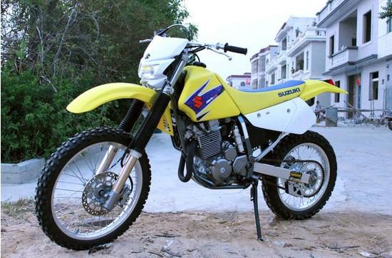 铃木DR-Z250 排量:249.00 ccm 引擎形式:单缸 冲程:4 缸径 x 冲程:73.0 x 59.6 mm 燃料系统:化油器 每缸气门数(个): 4 启动方式:电动 冷却系统:油冷 干重:115.0 kg 总长度:2,150 mm 总宽度:880 mm (34.6 英寸) 压缩比:10.4:1 气门结构:DOHC 传动系统:链传动 前轮胎:80/100-21 后轮胎:120/90-18 前刹车系统:单碟 后刹车系统:单碟 油箱容量:10.
