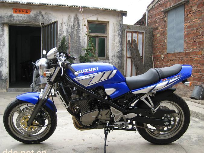 铃木盗匪250摩托车