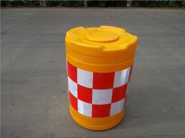 同泰厂家直销防撞桶批发防撞筒 南宁隔离墩 广西防撞桶 防撞桶具有缓冲弹性,有效吸收强大撞击力,降低交通事故程度;组合使用,整体承受力更强,更加稳固. 一次性成型、耐热、耐寒、耐冲击、不易老化。 放满沙或注满水后更具有缓冲弹性,放空水后可灵活移动。 桶色为桔黄色,色泽鲜艳亮丽,贴上红白相间的反光膜,夜间更加醒目。 主要应用于高速公路出口及各级公路十字、收费站、加油站、对驾驶者有明显的警示作用,能降低肇事时人车伤亡程度,形成更安全的保护。 同泰交通全部产品支持淘宝网支付宝交易,网上汇款免手续费。你收货满意后我