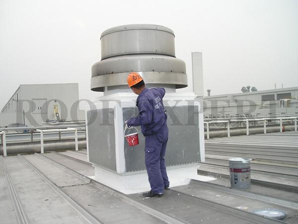 瑞芙特钢结构屋面防水系统 一、产品简介 瑞芙特钢结构屋面防水系统是由液态高质量类丙烯专用防水胶凝涂料,和无纺布多次现场涂刷形成一种弹性防水系统。具有极强的弹性、柔性、抗紫外线及抗老化性能,是目前市场上性能优良、品质稳定的金属屋面防水涂料。 二、系统组成 (俗称 五涂一布) 瑞芙特钢结构屋面防水系统RFT-WP01 = 瑞芙特基层涂料RFT-Base + 无纺布 + 瑞芙特基层涂料RFT-Base + 瑞芙特基层涂料RFT-Base + 瑞芙特表层涂料RFT-White + 瑞芙特表层涂料RFT-White