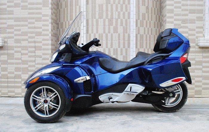 庞巴迪倒三轮摩托车 长 x 宽 x 高:2667 x 1506 x 1145mm 轴距:1727mm 离地距:115mm 座高:737mm 干重:316kg 引擎形式:水冷四冲DOHC V型双汽缸Rotax发动机 缸径 x冲程:97 X 68mm 压缩比:10.8:1 总排气量:990cc 高马力:106ps/8500rpm 大扭力:10.65kg-m/3500rpm 车架形式:包围翼梁式 传动系统:湿式多片五前速,皮带传动 燃油供应:电子燃油喷注 前悬挂系统:双A臂附防滚杆,144mm行程 后悬挂系统: