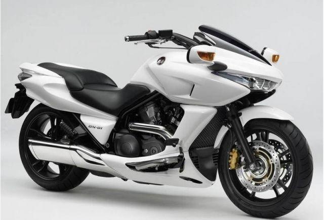 本田 DN-01摩托车 组装水货价格:2600元;进口原装行货价格:9800元 引擎形式:四冲水冷SOHC八汽阀52 V2汽缸 缸径x冲程: 81.0 mm x 66.0 mm 压缩比10.0 : 1 总排气量: 680cc 高马力: 61ps / 7500rpm 大扭力: 6.5kg-m / 6000rpm 传动系统: HFT自动变速波箱轴传动 燃油供应:40mm PGM-FI电喷系统 车架形式:双摇篮钢管 前倾角( R):28 30 拖曳距(T):110mm 前悬挂系统: 41mm 套管油压前叉,1