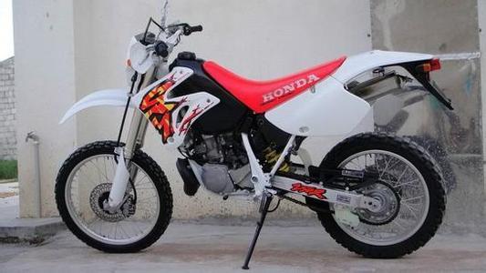 本田CRM250 发动机:水冷单气缸二冲程舌簧阀进气 排气量:250cc 缸径行程:66.472.0(mm) 压缩比:6.7:1 大功率:40马力/8000转/分钟 大扭矩:4.0kgm/6500转/分钟 车重:114kg 长宽高:21958251215(mm) 轮胎:前:3.00-21 后:4.60-18 油箱容量:11L 机油容量:1.2L 价格:1800元 24小时订车热线:158 1244 3188 王伟龙,联系QQ: 973 363 703(空间日志里有更多车型及报价)
