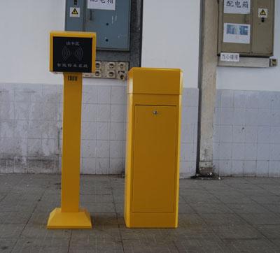 漳州停车场系统厂家安装方案 福建广告道闸效果图 大票箱 折臂道闸