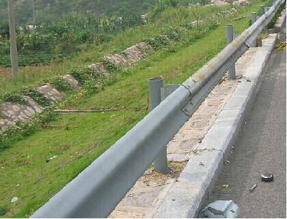 南宁波形护栏,高速护栏红昌科技防腐性强