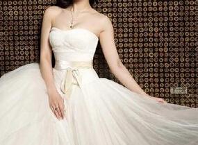 挑选抹胸婚纱 展现完美身姿
