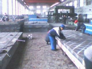 铸铁划线平台安装调至水平,负荷均匀分布于各支点上