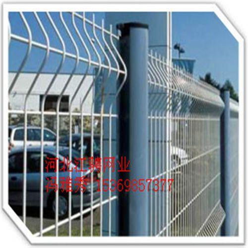 三角折弯护栏网,小区护栏最好最美观的选择。