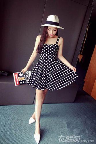 波点连衣裙搭配示范 散发双重时尚魅力