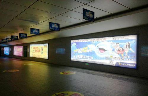 出站闸机口两侧灯箱广告投放——全媒通广告招商