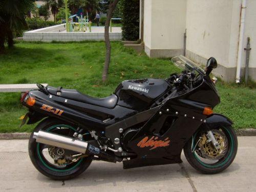 急于出售川崎 ZZR1100 摩托车