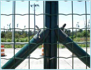 供应各种丝网制品护栏网钢格板石笼网