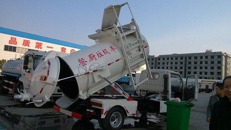 汽车运输垃圾桶图片